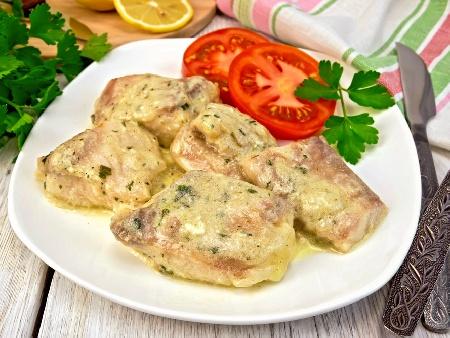 Задушена бяла риба хек в бял сос от топено сирене - снимка на рецептата